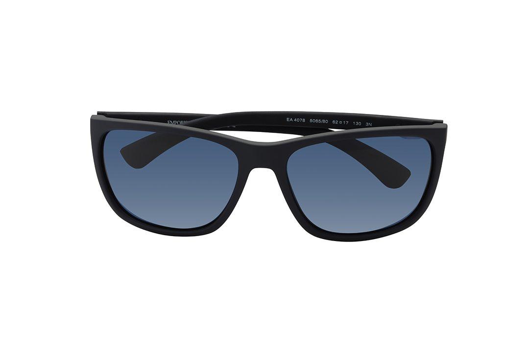 משקפי שמש גבריים בצורת מלבן, מסגרת מחומר פלסטי קליל בגוון כחול כהה, זרועות בכחול כהה בשילוב פס פנימי במראה מתכתי, עדשות בצבע כחול
