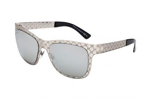 משקפי שמש מלבניים עם פינות חתוליות, מסגרת וזרועות בגוון כסף, ממתכת מרוקעת ומחוררת במראה תחרה, עדשות מראה כסופה