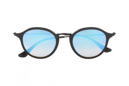 משקפי שמש בעלי מסגרת עגולה, חזית וזרועות בצבע שחור, עדשות מראה כחולה