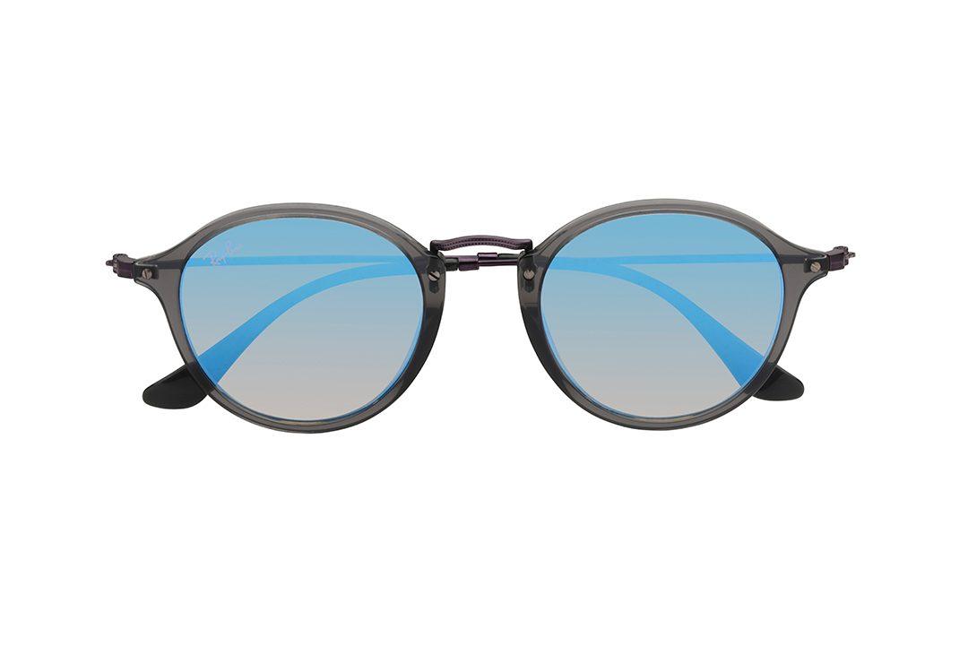משקפי שמש בעלי מסגרת עגולה, חזית וזרועות בצבע אפור כהה, עדשות מראה כחולה