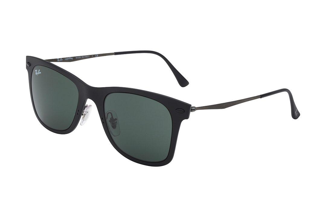 משקפי שמש בעיצוב וייפרר (מלבני), בעלי מסגרת בשחור מט, עדשות בגוון ירוק כהה וזרועות שחורות