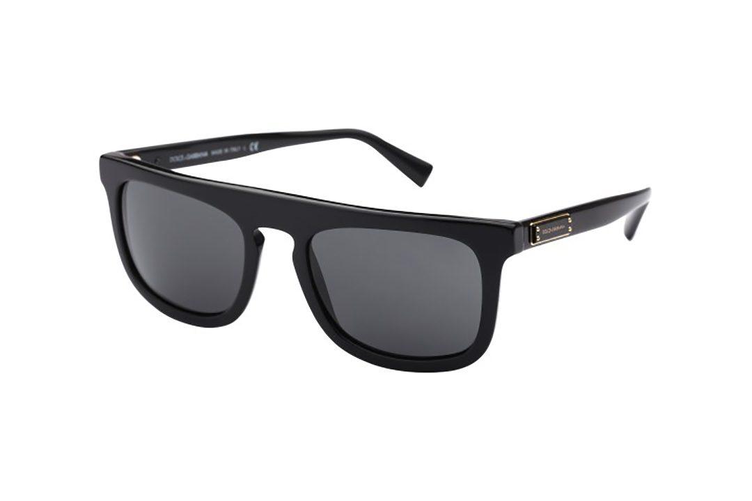משקפי שמש מלבניים, מסגרת וזרועות בצבע שחור, גשר עליון ישר ועדשות בצבע אפור כהה