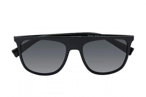 משקפי שמש מלבניים, מסגרת מלאה שיוצרת גשר עליון ישר בצבע שחור מבריק, זרועות בצבע שחור, עדשות בצבע שחור כהה