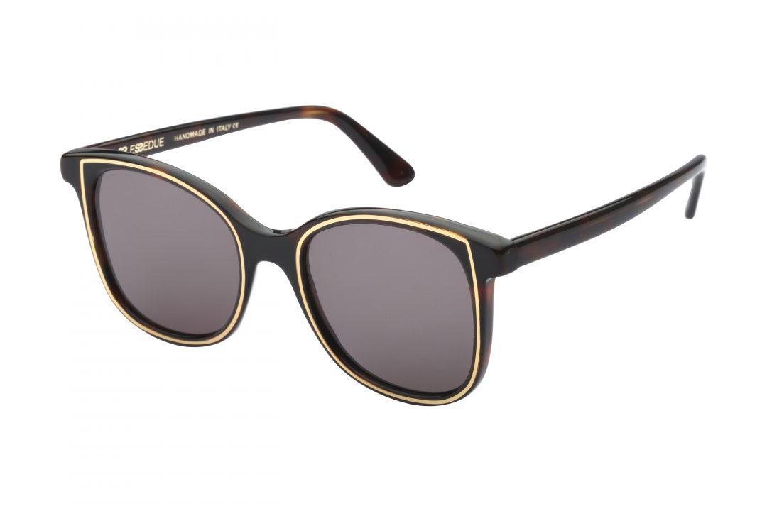 משקפי שמש לנשים דגם אובר סייז מרובע בגוון שחור עם פס זהב עדין עדשות כהות