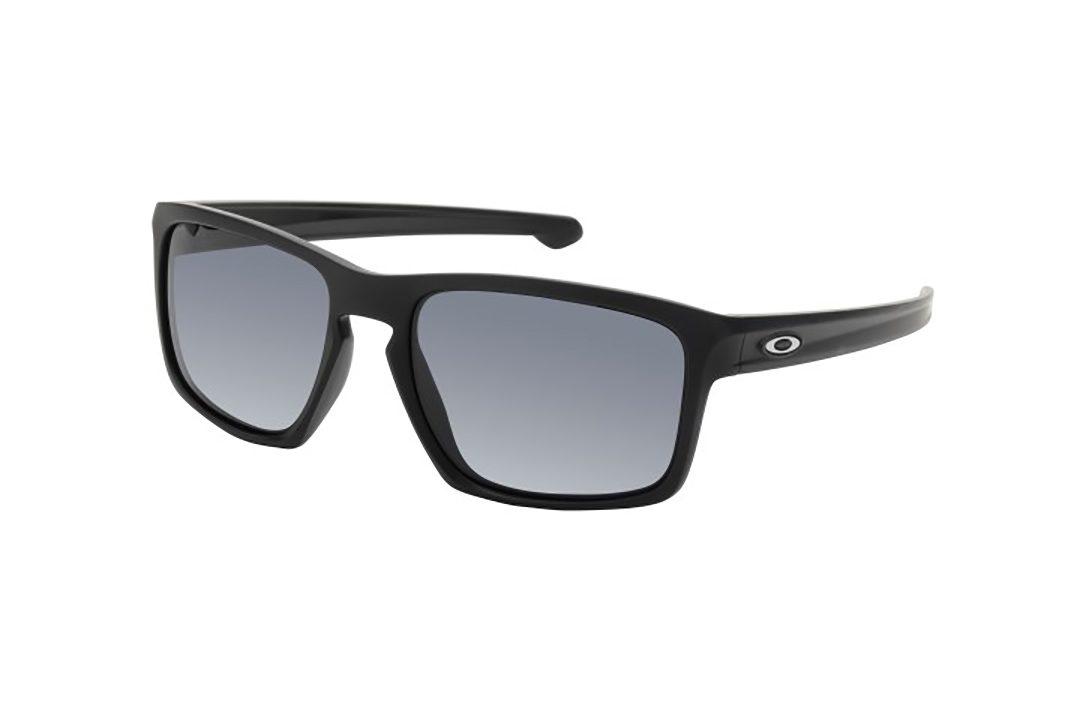 משקפי שמש מלבניים בעיצוב ספורטיבי, מסגרת וזרועות בצבע שחור מט, עדשות בצבע אפור