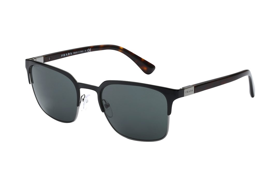משקפי שמש מלבניים, חצי מסגרת עליונה עם פינו תחתוליות בצבע שחור מבריקק, מסגרת פינימת דקיקה בגוון כסוף, זרועות מנומרות, עדשה ירוקה