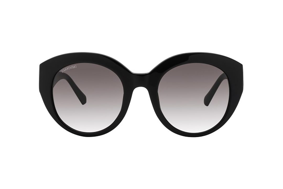 משקפי שמש מבית SWAROVSKI בדגם אובר סייז חתולי בגוון שחור וזרועות דקורטיביות משובצות אבני סוורובסקי ועדשות מדורגות
