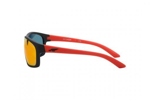 משקפי שמש גבריים מלבניים, מעט קמורים, במראה ספורטיבי, חזית וזרועות  שחור מט, זרועות ועדשות מראה בצבע כתום