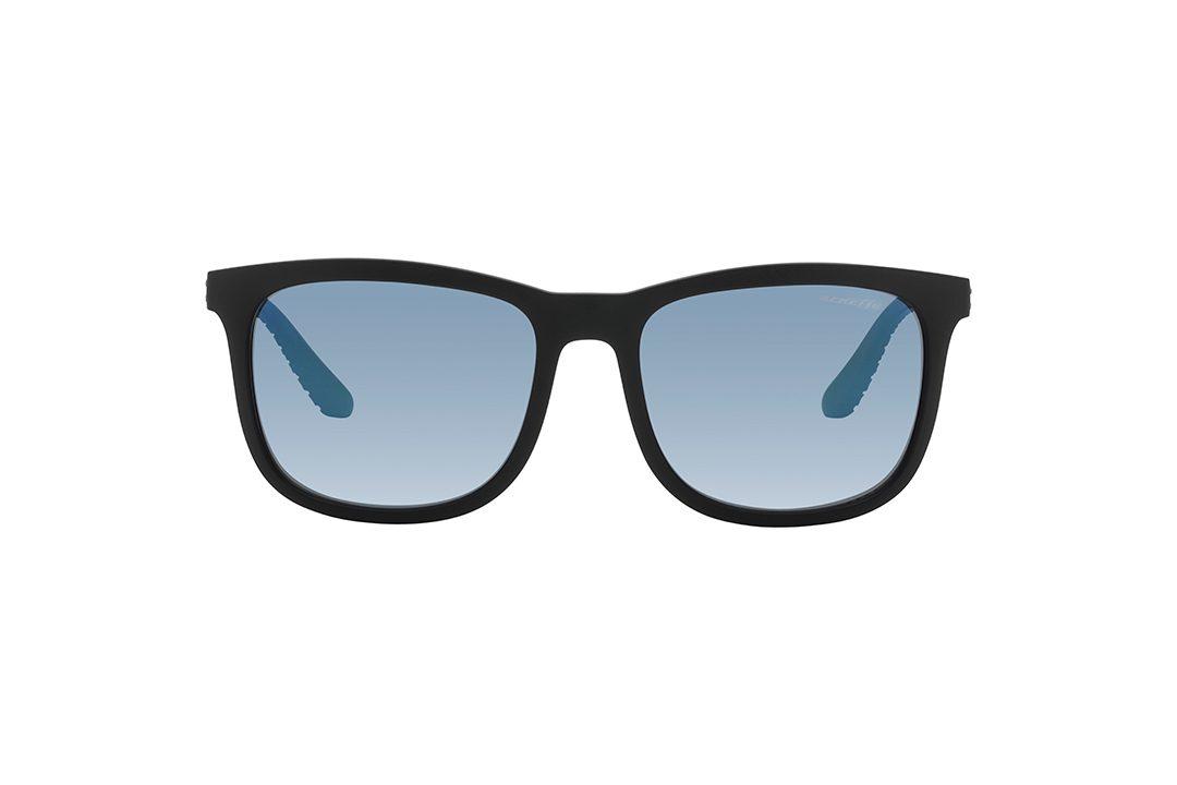 משקפי שמש גבריים מלבניים במראה ספורטיבי, חזית בשחור מט, זרועות בגימור מעויינים מחוספס בצבע שחור מט, עדשות מראה כחולה