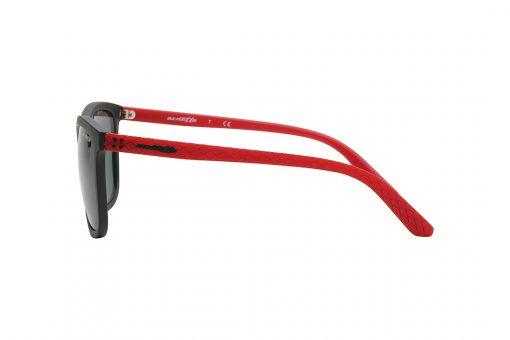 משקפי שמש גבריים מלבניים במראה ספורטיבי, חזית בשחור מט, זרועות בגימור מעויינים מחוספס בצבע אדום, עדשות בצבע ירוק