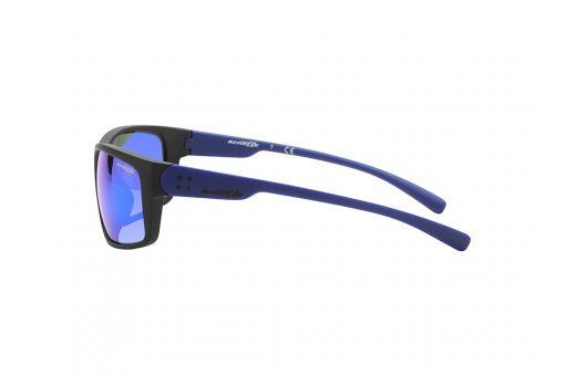 משקפי שמש גבריים מלבניים, מעט קמורים, במראה ספורטיבי, חזית בצבע שחור מט, זרועות ועדשות מראה בצבע כחול