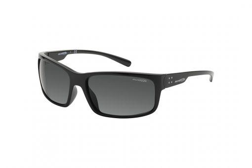 משקפי שמש גבריים מלבניים, מעט קמורים, במראה ספורטיבי, חזית וזרועות בצבע שחור מבריק, עדשות בצבע אפור