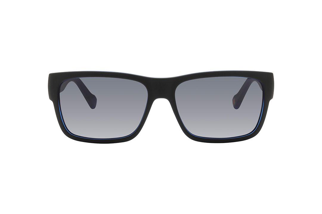 משקפי שמש גבריים מלבניים. משקפיים קלים במיוחד, מסגרת וזרועות בגימור שחור מט, חלק פנימי של המסגרת בצבע כחול, עדשות בגוון אפור כהה.