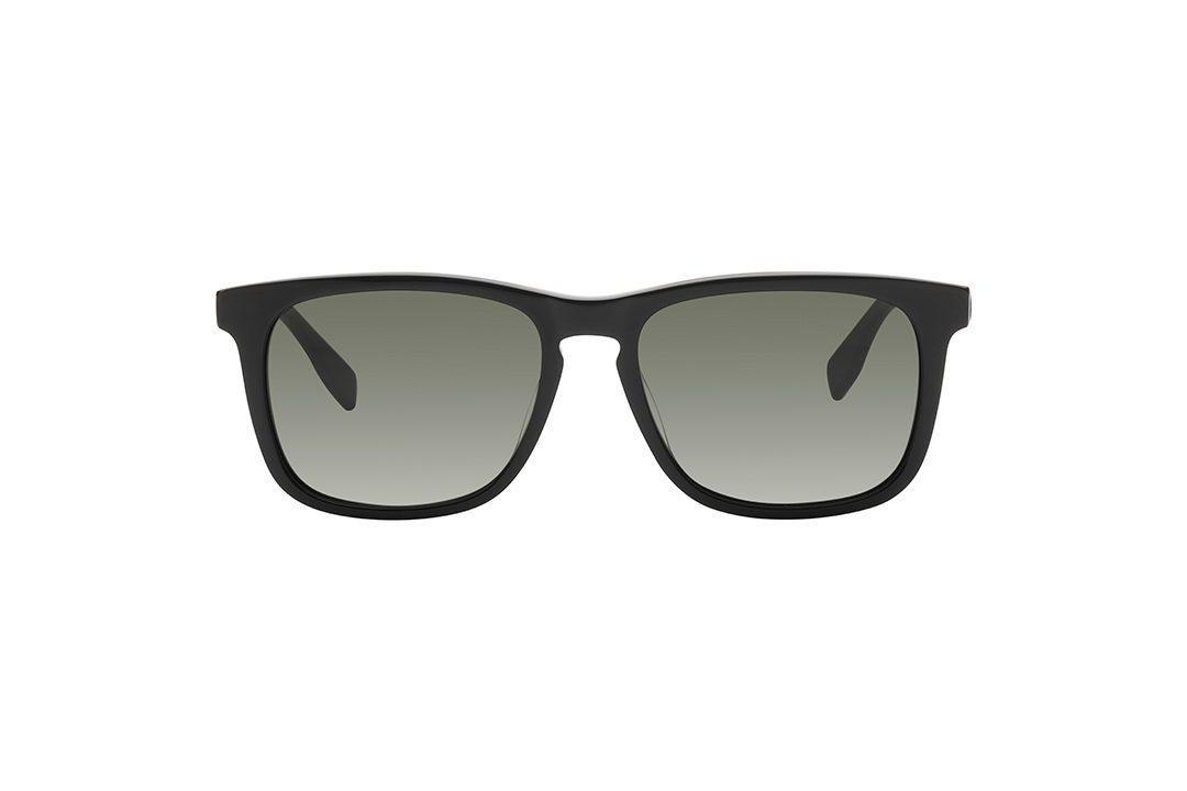 משקפי שמש גבריים מלבניים בהשראת דגם ה wayfarer הקלאסי, חזית בשחור מבריק, זרועות בשחור מט ועדשות בגוון ירוק.