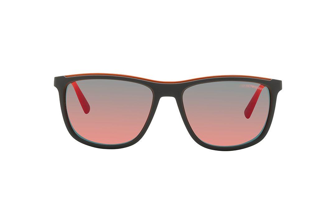 משקפי שמש גבריים מלבניים במראה ספורטיבי, מסגרת וזרועות בגוון אפור מט, גשר עליון ולוגו על הזרועות בצבע כתום, עדשות מראה בגוון אדום-כתום