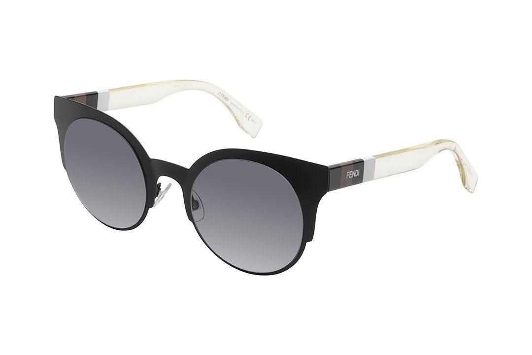 משקפי שמש מאצטט בעיצוב אובר סייז חתולי, מסגרת בצבע שחור מט, זרועות שקופות בשילוב עיטור מלבני בגווני שחור, חום ולבן.
