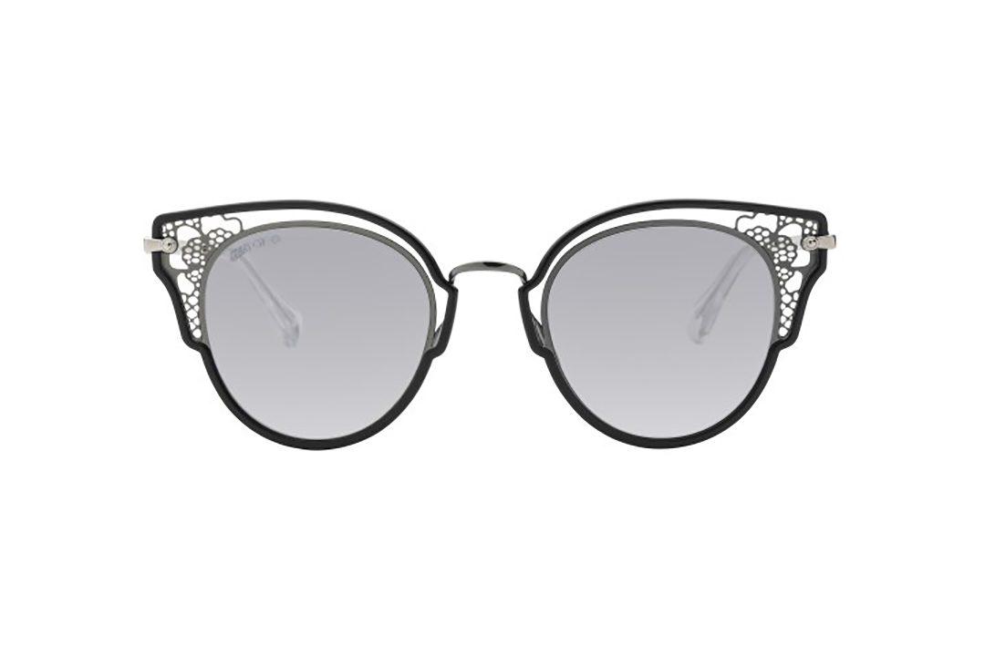 משקפי שמש ג'ימי צ'ו ממתכת דגם חתולי בגווני שחור וזהב ועיטורי תחרה בצדדים עדשות מראה בגוון אפור