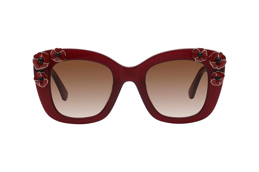 משקפי שמש אובר סייז בצורת ריבוע, מסגרת וזרועות בגוון בורדו, עיטור פרחים אדומים בפינות המסגרת, עדשות בגוון אדום