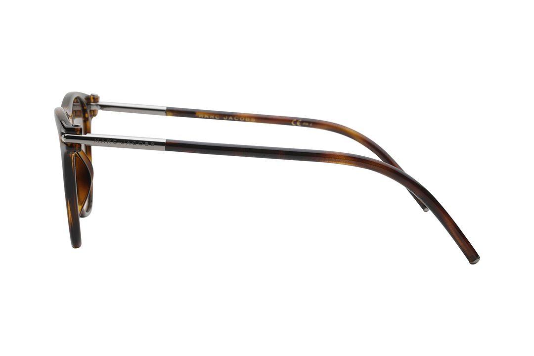 משקפי שמש מארק ג'ייקובס מסגרת אצטט מלבנית, מסגרת דקה בגוון מנומר, בשילוב מקטע כסוף על חיבור הזרוע לחזית, עדשות בגוון חום עם ציפוי מראה עדין