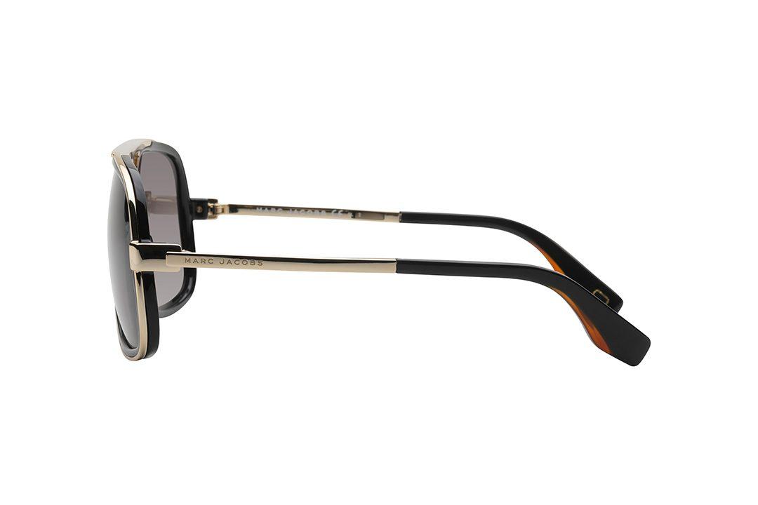 משקפי שמש מארק ג'ייקובס מסגרת אובר סייז מלבנית, חזית ומורכבת ממסגרת פנימית שחורה וסביבה מסגרת זהב דקה, זרועות בשילוב זהב ושחור, עשדות חומות כהות