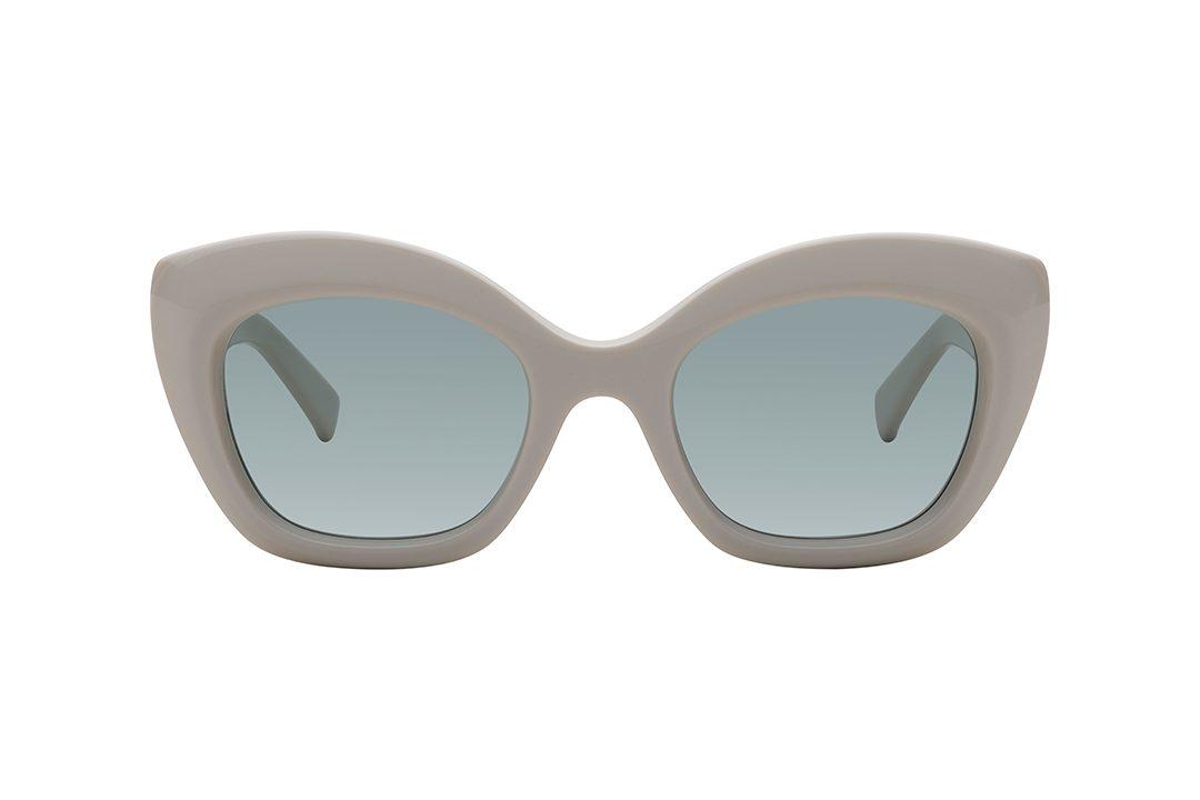 משקפי שמש בעלי צורה מלבנית חתולית, מסגרת עבה בצבע קרם, בעלת זוויות במראה גיאומטרי, זרועות עבות בצבע קרם בשילוב עיטור מינימליסטי כסוף, עדשות בגוון ירוק