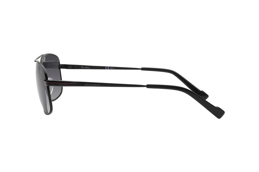 משקפי שמש גבריים מלבניים בסגנון דגם ה- Caravan. מסגרת דקיקה בצבע שחור, הכוללת גשר אף כפול בקווים ישרים, זרועות שחורות, עדשות בגוון אפור