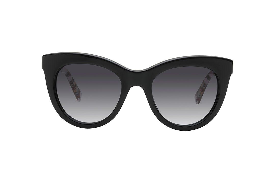 משקפי שמש אובר סייז חתוליים, מסגרת שחורה בשילוב זרועות בהדפסה גראפית אומנותית על רקע חלבי חצי שקוף, עדשות בגוון אפור