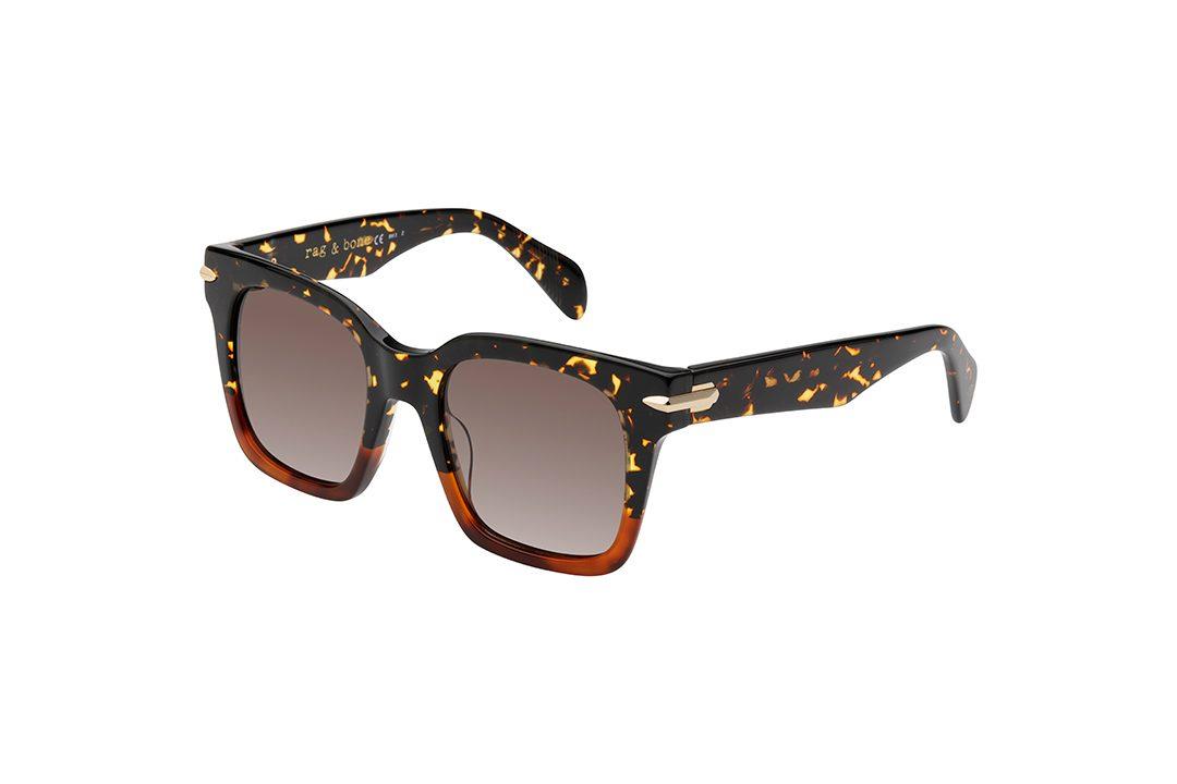 משקפי שמש מבית Rag & Bone במסגרת אובר סייז מרובעת בגווני שחור-זהב-וחום מנומר וקישוט צד בגוון זהב