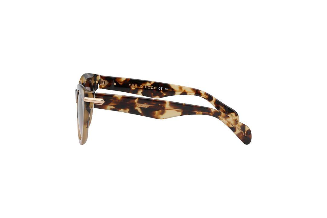 משקפי שמש מבית Rag & Bone במסגרת חתולית נשית בגוון מנומר חלבי עם קישוט צד בגוון זהב