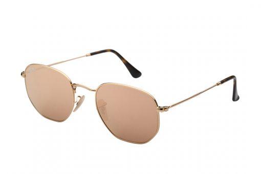 משקפיים גיאומטריים בעיצוב מעודן מבית Ray Ban, מסגרת דקיקה מוזהבת עם דוגמת הטבעה עדינה ועדשות מראה ורודות