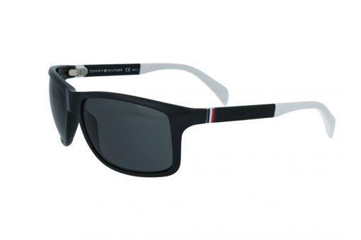 משקפי שמש מבית Tommy Hilfiger בדגם קמור בגווני שחור לבן ועדשות כהות