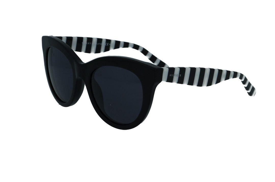 משקפי שמש מבית Tommy Hilfiger בדגם אובר סייז חתולי עם פרונט בגוון שחור וזרועות בגווני שחור ולבן