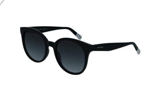 משקפי שמש מבית Tommy Hilfiger בדגם אובר סייז חתולי עם פרונט דק בגוון שחור ועדשות כהות