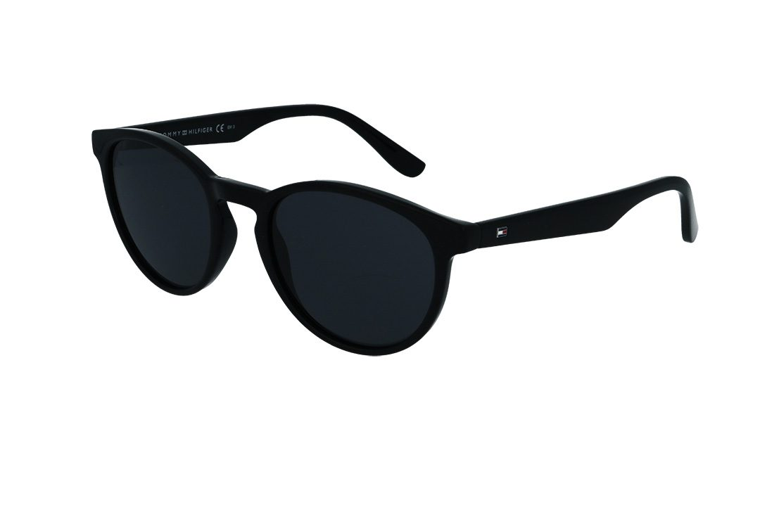 משקפי שמש מבית Tommy Hilfiger בדגם נשי עגול קלאסי בגוון שחור וסמל הלוגו בצידי הזרועות