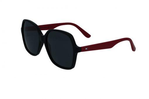 משקפי שמש מבית Tommy Hilfiger בדגם אובר סייז מרובע עם פרונט בגוון שחור וזרועות בגוון סגול עם סמל לוגו בצדדים