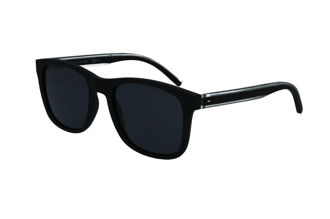 משקפי שמש מבית Tommy Hilfiger בדגם מרובע גברי קלאסי עם מסגרת בגוון שחור מט ועדשות כהות