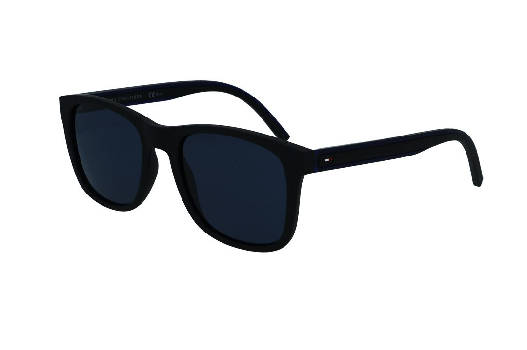 משקפי שמש מבית Tommy Hilfiger בדגם מרובע גברי קלאסי עם מסגרת בגוון שחור מט ועדשות בגוון כחול