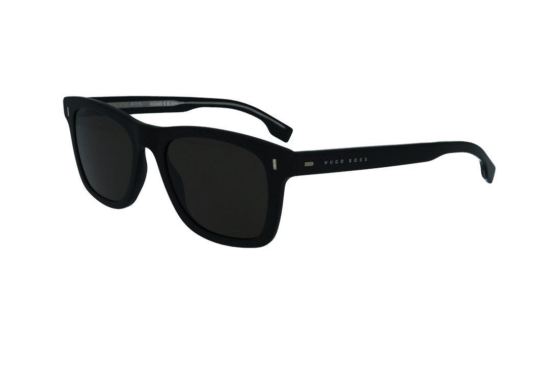 משקפי שמש מבית BOSS בדגם גברי מרובע , פרונט בגוון שחור מט עם זרועות בגוון שחור מבריק עם לוגו בצדדים