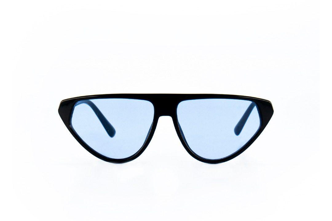 משקפי שמש מקולקציית הקפסולה של נטע אלחמיסטר בדגם גיאומטרי בגוון שחור ועדשות בגוון תכלת