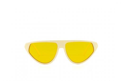 משקפי שמש מקולקציית הקפסולה של נטע אלחמיסטר בדגם גיאומטרי בגוון שמנת ועדשות בגוון צהוב