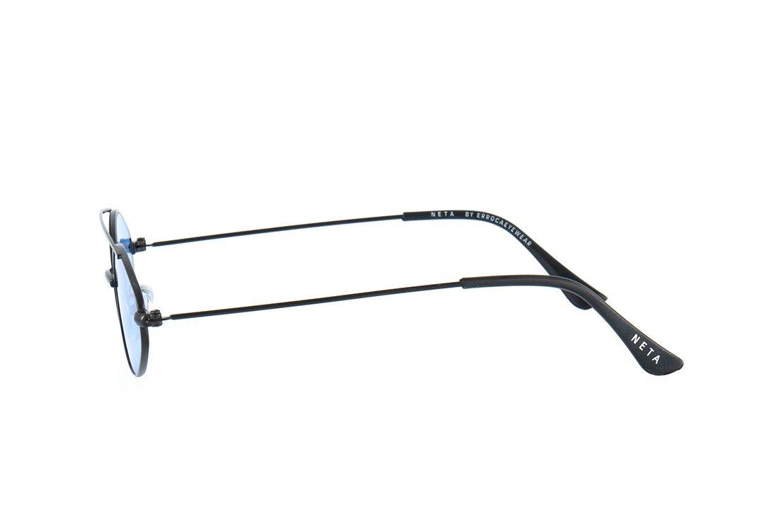משקפי שמתכלתש מקולקציית הקפסולה של נטע אלחמיסטר בדגם מיניסייז בגוון שחור ועדשות בגוון תכלת