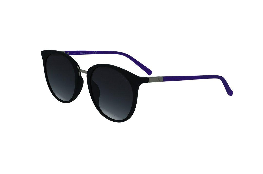 משקפי שמש מבית GUESS בדגם נשי קלאסי בגוונים של שחור וזרועות בגוון סגול עם סימן הלוגו בצדדים