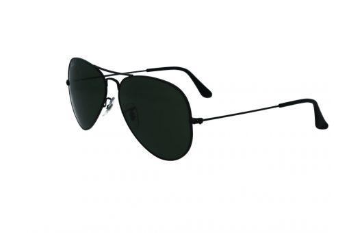 משקפי שמש מבית Ray Ban בדגם טייסים קלאסי בגוון שחור ועדשות תואמות
