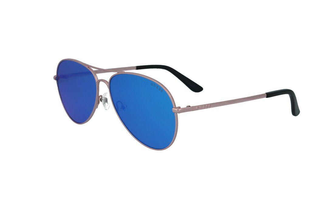 משקפי שמש מבית Guess בדגם טייסים קלאסי בגוון נחושת ועדשות מראה בגוון כחול