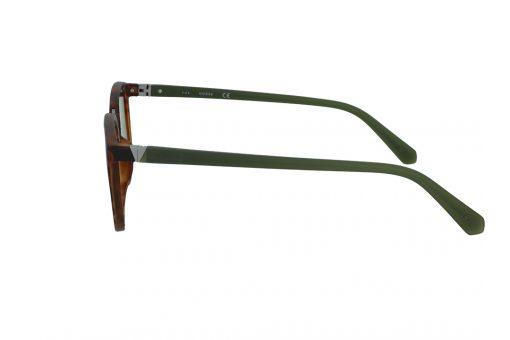 משקפי שמש מבית Guess בדגם נשי מרובע בגווני מנומר וירקרק ועדשות בגוון זהוב