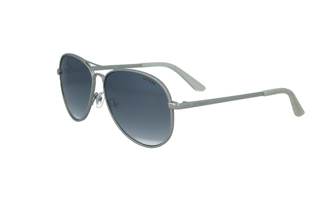 משקפי שמש מבית Guess בדגם טייסים נשי בגוון כסוף מנצנץ ועדשות מראה אפורות