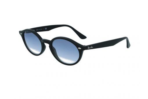 משקפי שמש מבית Ray Ban בדגם נשי בצורת אליפסה בגוון שחור ועדשות מדורגות בגוון תכלת