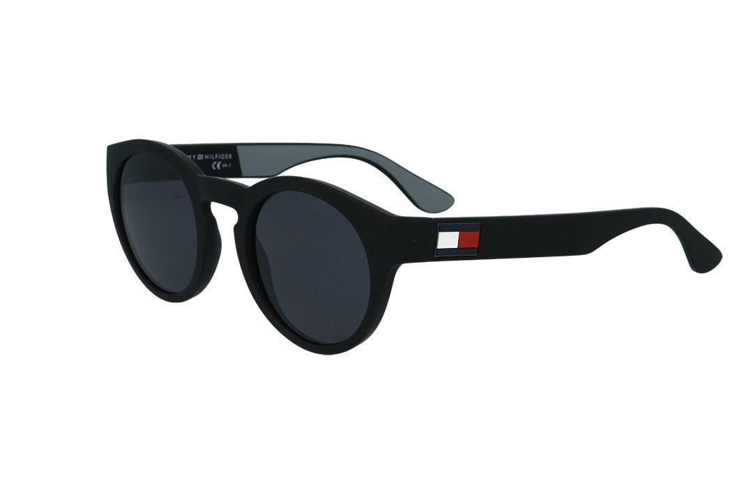 משקפי שמש מבית Tommy Hilfiger בדגם עגול בגוון שחור ולוגו בצידי הזרועות