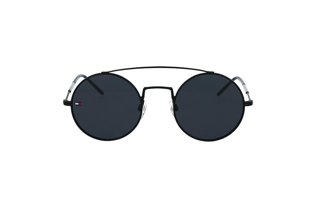 משקפי שמש מבית Tommy Hilfiger בדגם יוניסקס עגול עם גשר אף כפול ועדשות בגוון כהה