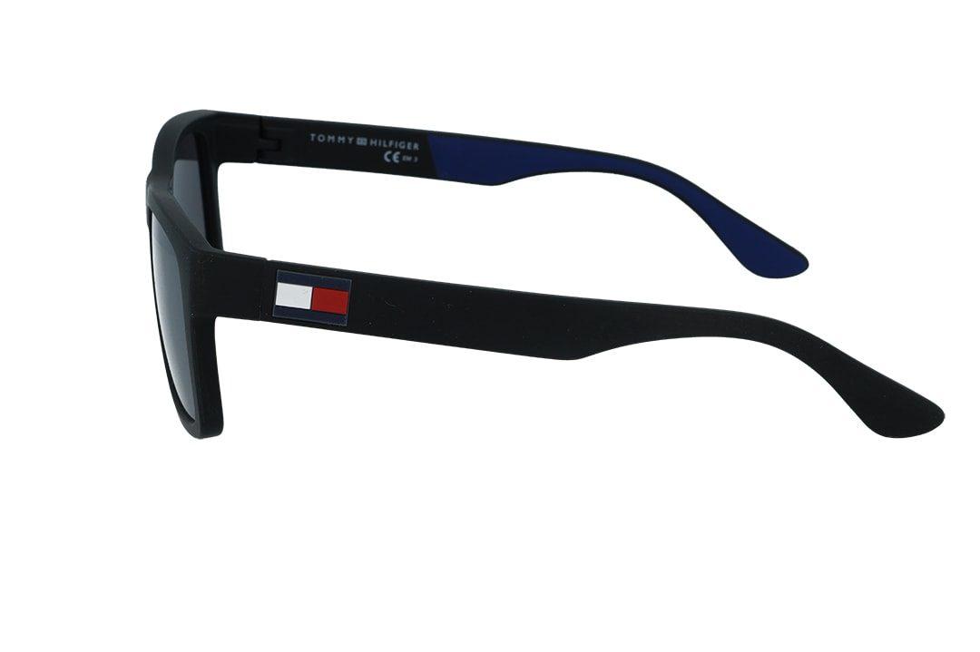 משקפי שמש מבית Tommy Hilfiger בדגם גברי מרובע בגוון שחור מט ועדשות מראה אפורות עם לוגו בצידי הזרועות